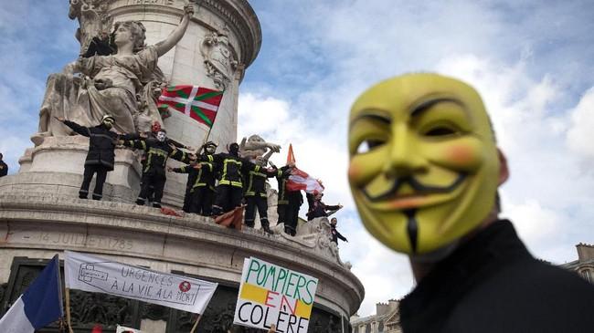 Menurut Presiden Serikat Pemadam Kebakaran Prancis, Andre Goretti, mereka sudah memprotes soal gaji dan tunjangan pensiun sejak Juni lalu, tetapi pemerintah tidak menanggapi tuntutan itu. (Photo by - / AFP)