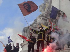 Panasnya Demo Petugas Damkar di Kota Paris