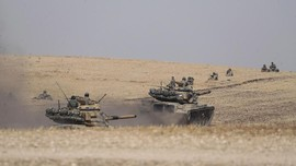 FOTO: Deru Tank dan Desing Rudal Turki Lawan Kurdi di Suriah