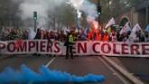 Ribuan anggota pemadam kebakaran di Prancis berunjuk rasa di Ibu Kota Paris pada Selasa (15/10) kemarin. (Photo by - / AFP)