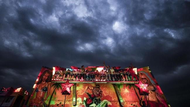 Layaknya pasar malam pada umumnya, di tempat ini juga penuh dengan wahana permanainan hingga musik yang menggelegar. (AP Photo/Andreea Alexandru)