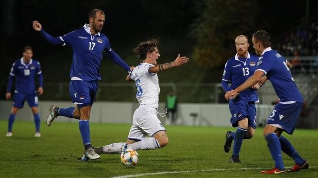 Nicolo Zaniolo dikawal ketat oleh pemain-pemain Liechtenstein.(STEFAN WERMUTH / AFP)