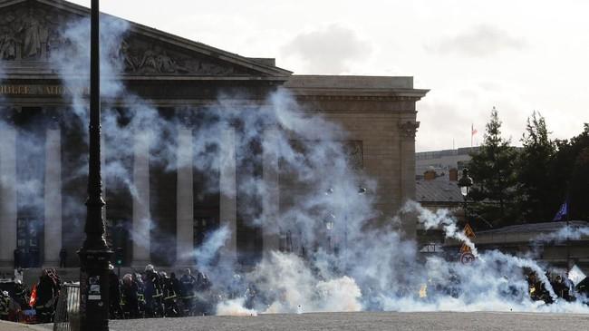 Sedangkan untuk tenaga relawan dan pemadam di Paris dan Marseille yang merupakan tentara tidak turut serta dalam demonstrasi itu. (Photo by Thomas SAMSON / AFP)