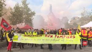 VIDEO: Demo Pemadam Kebakaran di Paris Tuntut Naik Gaji