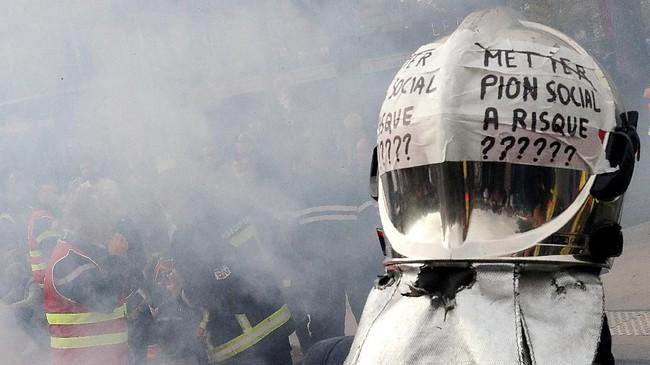Para pemadam kebakaran yang mogok dan berunjuk rasa hanya bagi mereka yang profesional. (Photo by JACQUES DEMARTHON / AFP)