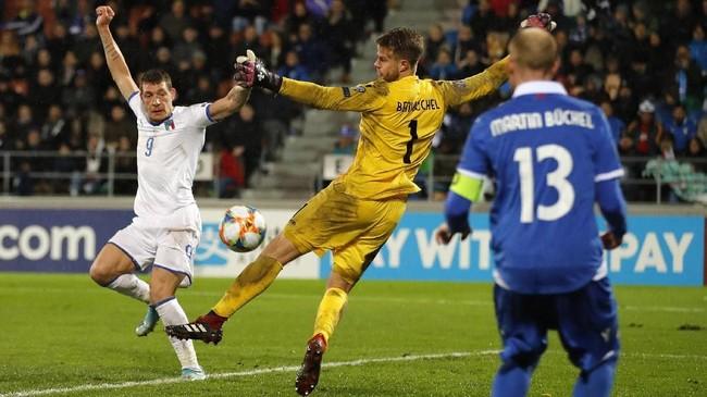 Usai di laga sebelumnya memastikan tiket ke putaran final, kemenangan di laga ini membuat Roberto Mancini menyamai rekor kemenangan beruntun yang dibuat di era Vittorio Pozzo.(STEFAN WERMUTH / AFP)