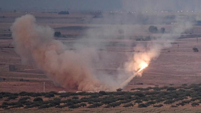 Deru tank dan desing rudal Turki memecah suasana di utara Suriah ketika mereka menggempur milisi Kurdi di kawasan itu sejak pekan lalu. (AFP Photo/Ozan Kose)