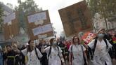 Aksi ini sudah berlangsung sejak dua pekan lalu. Unjuk rasa kemarin berakhir bentrok dengan polisi. (Photo by - / AFP)