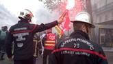Mereka memprotes gaji yang dianggap terlalu rendah dan tidak sebanding dengan resiko pekerjaan yang harus mereka hadapi. (Photo by - / AFP)