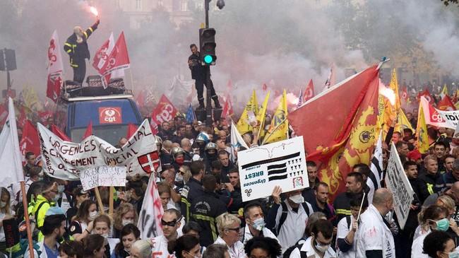 Mereka sempat mengajak sejumlah pemadam kebakaran di Paris untuk mogok, tetapi ditolak. (Photo by - / AFP)