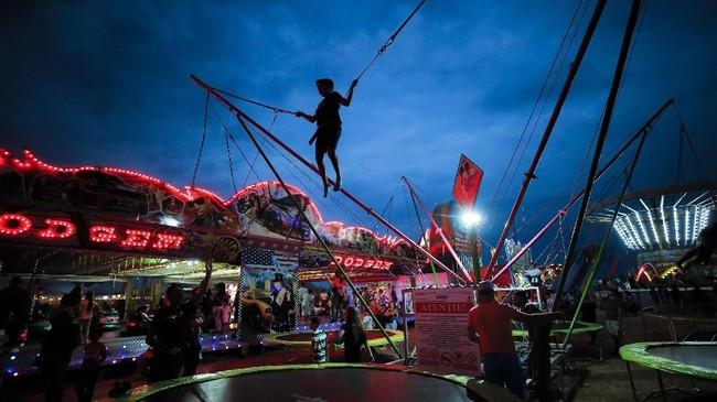 Namun tetap saja pasar malam selalu membawa keceriaan yang sama bagi sebagian besar orang, khususnya anak-anak. (AP Photo/Vadim Ghirda)