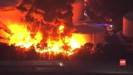 VIDEO: Depo Minyak di California Terbakar