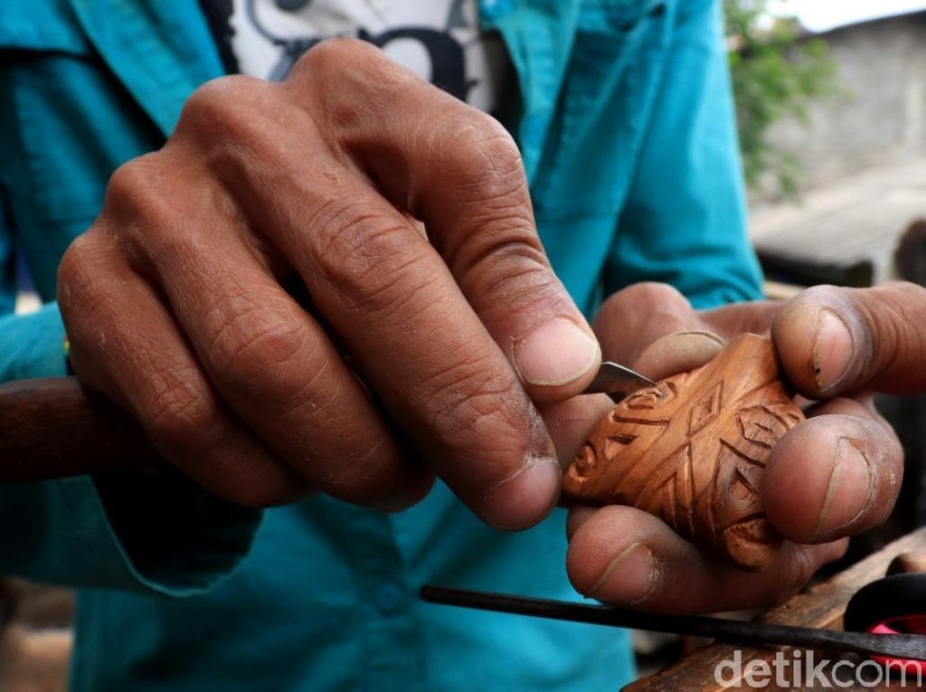 Tak hanya mengukir dari bahan dasar akar kayu jati, Abah Giri juga menekuni seni ukir berbahan logam untuk dibuat menjadi kalung, cincin, hingga gantungan kunci.