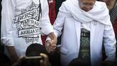 Calon presiden petahana Joko Widodo (kedua kiri) bergandengan tangan dengan calon wakil presiden Ma'ruf Amin (ketiga kanan) usai menyampaikan pidato politik di Gedung Joang 45, Jakarta, Jumat (10/8/2018).Setelah itu mereka mendaftarkan diri ke KPU untuk Pilpres 2019. (ANTARA FOTO/Puspa Perwitasari).