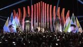 Capres petahana Joko Widodo (kiri) bersama Cawapres Ma'ruf Amin menyapa relawan sebelum menuju kantor KPU pusat untuk mengambil nomor urut pasangan calon presiden dan calon wakil presiden pada Pilpres 2019, di Tugu Proklamasi, Jakarta, Jumat (21/9/2018). (ANTARA FOTO/Aprillio Akbar).