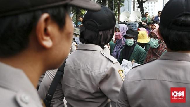 Aparat keamanan mulai membuka kedua jalur di Jalan Medan Merdeka Barat sekitar pukul 17.00 WIB, setelah mahasiswa berangsur membubarkan diri. (CNN Indonesia/Andry Novelino)