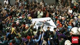 Massa terlihat mulai mendapat arahan untuk membubarkan diri sekitar pukul 16.00 WIB setelah memberikan banner bergambar tikus berdasi dengan tulisan KPK di bawahnya. (CNN Indonesia/Andry Novelino)