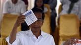 Calon presidenpetahana Joko Widodo saat mencoblos di hari pemungutan suara Pemilu 2019 di YPS 008 Gambir, Jakarta Pusat, Rabu (17/4/2019). (BAY ISMOYO/AFP).