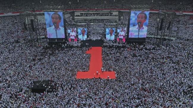 Calon Presiden nomor urut 01 Joko Widodo (tengah) berpidato saat Konser Putih Bersatu di Stadion Utama GBK, Jakarta, Sabtu (13/4/2019). Konser itu merupakan kampanye akbar pasangan Jokowi-Ma'ruf Amin. (ANTARA FOTO/Akbar Nugroho Gumay).