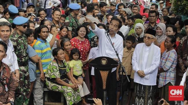 Capres petahana Joko Widodo dan cawapres Ma'ruf Amin menyapa warga usai menyampaikan pidato kemenangannya sebagai Presiden Republik Indonesia periode 2019-2024 di Kampung Deret, Tanah Tinggi, Johar Baru, Jakarta Pusat, Selasa (21/5/2019). (CNN Indonesia/Adhi Wicaksono).