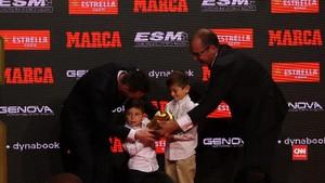 VIDEO: Momen Lucu 'Sepatu Emas' Messi Jadi Rebutan Anak