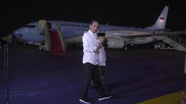 Calon Presiden dan Wakil Presiden nomor urut 01 Joko Widodo (kiri) dan Ma'ruf Amin berjalan bersama usai memberikan keterangan pers terkait putusan MK tentang perselisihan hasil pemilihan umum (PHPU) Pilpres 2019 di Lanud Halim Perdanakusuma, Jakarta Timur, Kamis (27/6/2019). (ANTARA FOTO/Wahyu Putro A)