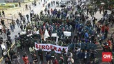 Ratusan mahasiswa yang tergabung dalam BEM Seluruh Indonesia (BEM SI) kembali melakukan aksi unjuk rasa di depan patung kuda Arjuna Wiwaha, Jakarta, Kamis (17/10). (CNN Indonesia/Andry Novelino)