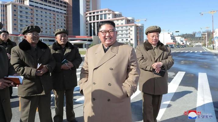 pemerintah Korea Utara, pemimpin Korea Utara Kim Jong Un, kanan kedua, mengunjungi lokasi konstruksi di Kabupaten Samjiyon, Korea Utara. Wartawan independen tidak diberi akses untuk meliput peristiwa yang digambarkan dalam gambar ini yang didistribusikan oleh pemerintah Korea Utara. Konten gambar ini disediakan dan tidak dapat diverifikasi secara independen. Tanda air bahasa Korea pada gambar yang disediakan oleh sumber berbunyi: