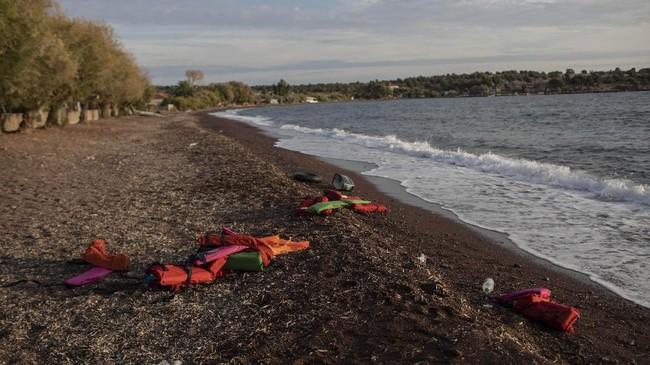 Rompi penyelamat terlihat di Pantai Desa Tsonia, Yunani setelah kedatangan para pengungsi dari kapal karet asal Turki. (AP Photo/Petros Giannakouris)