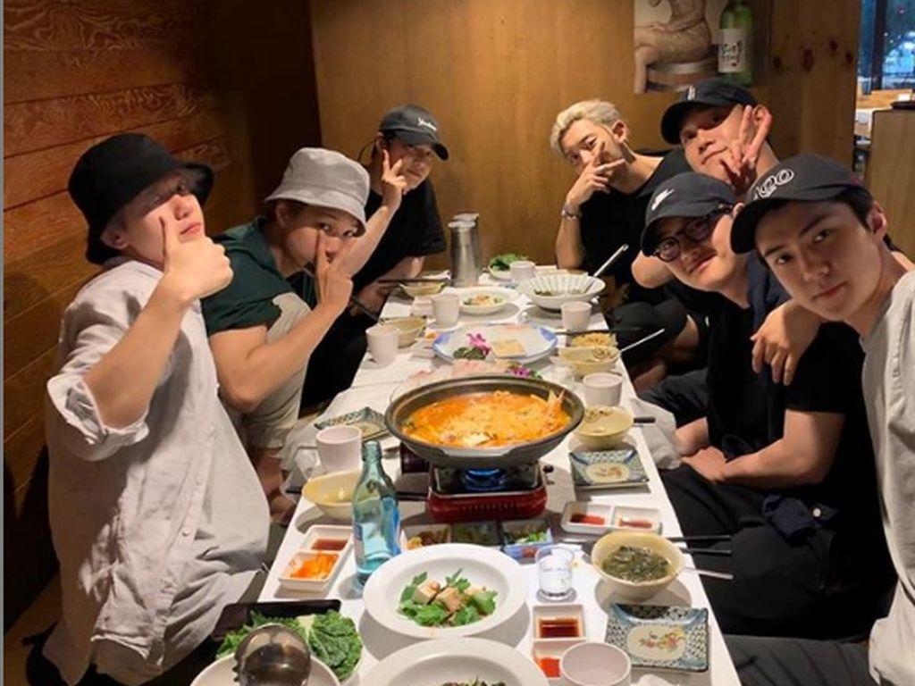 Bersama teman-temannya ia juga menikmati mie dalam hot pot. Lengkap dengan tambahan sayur dan saus. Foto: Instagram @oohsehun
