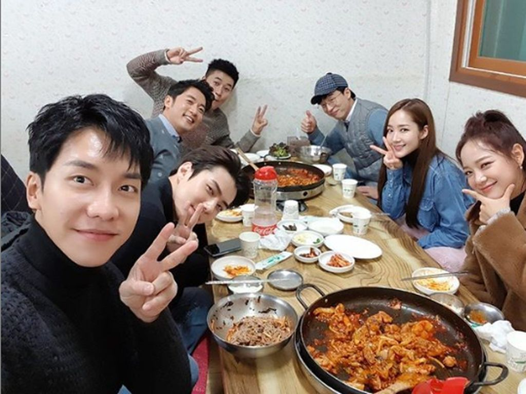 Peace sepertinya jadi gaya andalan Sehun dan teman-temannya saat berpose. Seperti pada momennya ini, di tengah-tengah makannya ini. Foto: Instagram @oohsehun