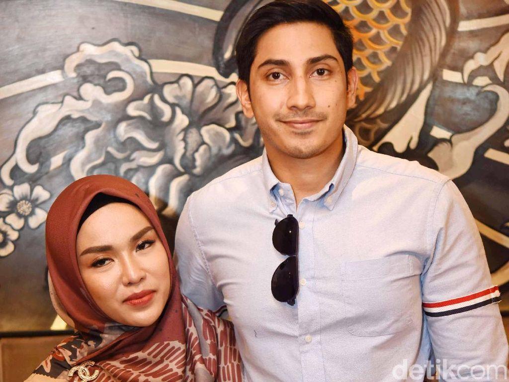 Ia menggelar jumpa pers bersama suami dan juga kuasa hukumnya, Lukman Azhari di kawasan Senopati, Jakarta Selatan, Jumat (18/10/2019). Foto: Palevi/detikHOT