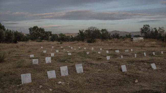 Batu nisan yang menandai para imigran yang tenggelam di laut saat menyeberang dari Turki. Terlihat kuburan di Desa Kato Tritos, Yunani. (AP Photo/Petros Giannakouris)