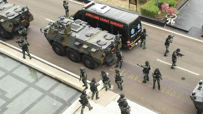 Personel gabungan TNI-Polri diterjunkan untuk menjami keamanan proses pelantikan presiden yang digelar Minggu, 20 Oktober. ANTARA FOTO/Muhammad Adimaja/nz.