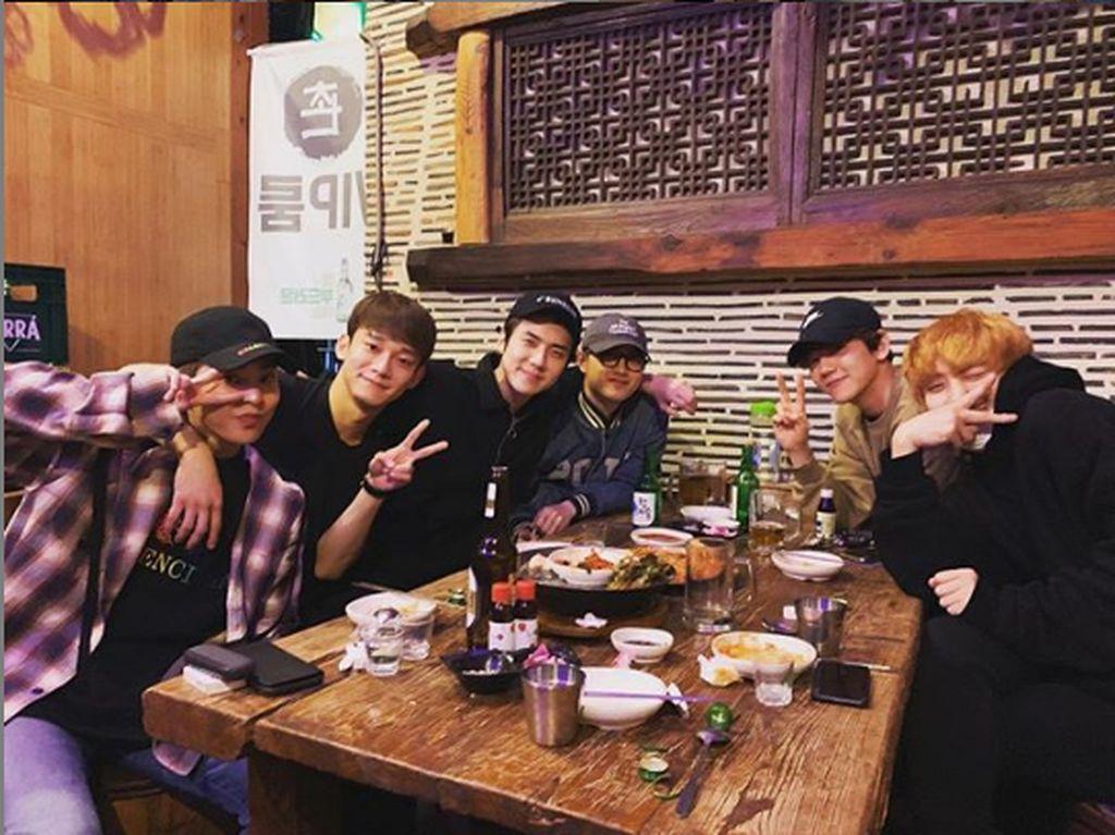 Bisa dibilang Sehun memang sering nongkrong dengan teman satu grupnya. Dalam foto ini, mereka berpose dengan tangan membentuk peace setelah menyelesaikan makanannya. Foto: Instagram @oohsehun