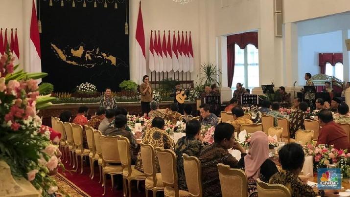 Jokowi meminta maaf kepada para menteri dan wapres.