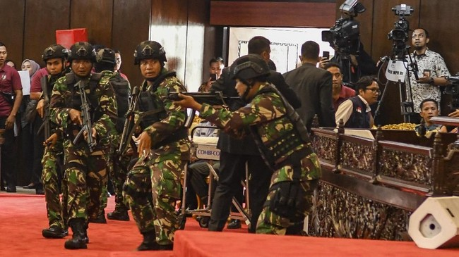 Simulasi pengamanan juga digelar oleh Pasukan Pengamanan Presiden (Paspampres) saat gladi kotor di kompleks parlemen, Jakarta, Jumat (18/10/2019). ANTARA FOTO/Muhammad Adimaja/aww.