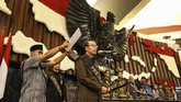 Petugas Setjen MPR melakukan simulasi acara saat gladi kotor jelang pelantikan presiden dan wakil presiden di kompleks parlemen, Jakarta, Jumat (18/10).ANTARA FOTO/Muhammad Adimaja/aww.