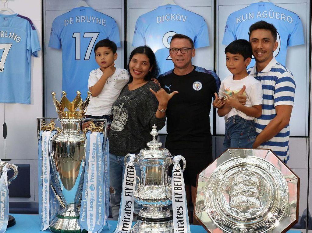 Berfoto Bersama 6 Tropi Manchester City