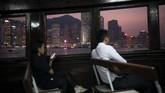 Pengunjung pada suatu kapal ferry dari Hong Kong menuju Kowloon. Selain karena potongan harga, wisatawan-wisatawan lain dari berbagai negara juga tetap datang ke Hong Kong dengan tujuan untuk merasakan atmosfer aksi unjuk rasa di sana. (AP Photo/Felipe Dana)