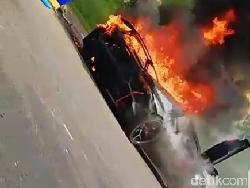 Mobil Lamborghini Terbakar Hebat