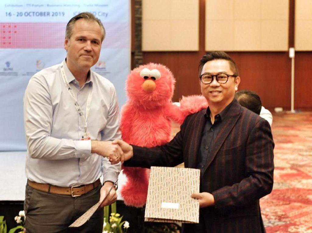 Dalam acara Trade Expo Indonesia (TEI) 2019, PT. Sunindo Adipersada yang memproduksi mainan boneka asal Cileungsi itu menjalin kerjasama kembali dengan salah satu brand boneka paling populer di dunia asal Jerman, yakni Living Puppets GmBH yang memproduksi Sesames Street. Foto: dok. Trade Expo Indonesia