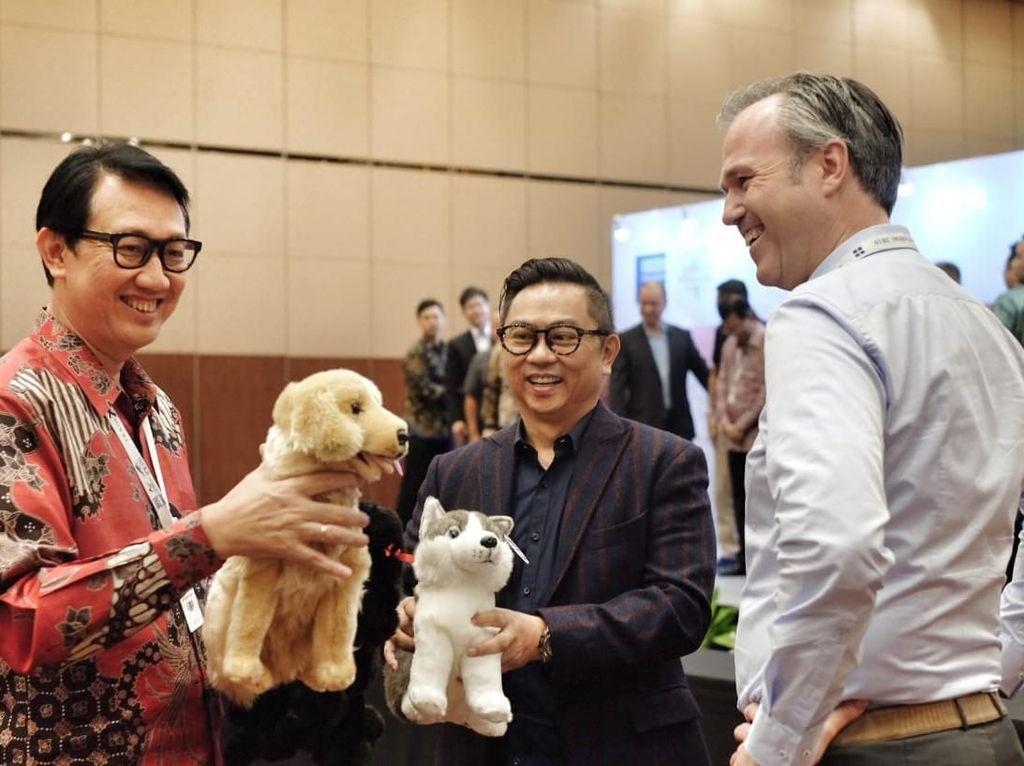 Dalam acara Trade Expo Indonesia (TEI) 2019, PT. Sunindo Adipersada yang memproduksi mainan boneka asal Cileungsi itu menjalin kerjasama kembali dengan salah satu brand boneka paling populer di dunia asal Jerman, yakni Living Puppets GmBH yang memproduksi Sesames Street.Foto: dok. Trade Expo Indonesia