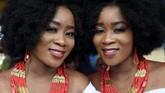 Kehinde Olofin (kiri) and Taye Olofin (kanan), gadis kembar yangikut hadir dalam festival kembar di Igbo-Ora, Nigeria. (AFP/Pius Utomi Ekpei)