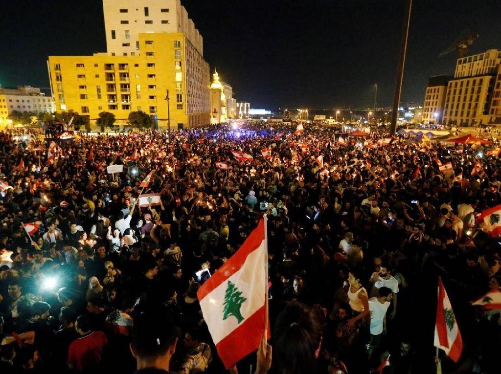 Ribuan demonstran itu menuntut pemerintah untuk lengser karena dianggap tidak becus mengurus ekonomi dan disebut-sebut sebagai aksi terbesar di Lebanon sejak tahun 2015. Foto: Reuters