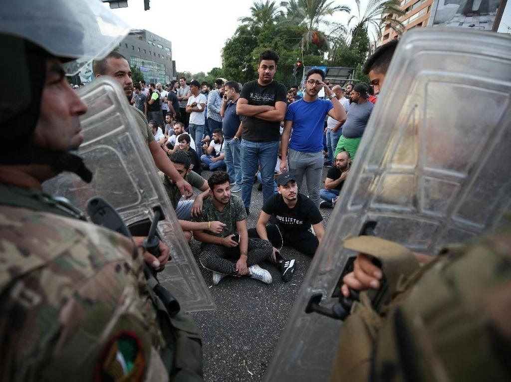 Pemberlakuan pajak WhatsApp pun menuai protes keras. Bahkan demonstran di banyak tempat memblokir jalanan, membakar ban dan bentrok dengan aparat hingga gas air mata pun dilepaskan. Foto: Reuters