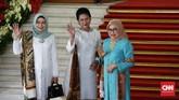 Tiga serangkai Iriana Jokowi, Wury Estu Amin, dan Mufidah Jusuf Kalla juga terlihat cantik dengan busana bernuansa biru dan putih. (CNN Indonesia/Andry Novelino)
