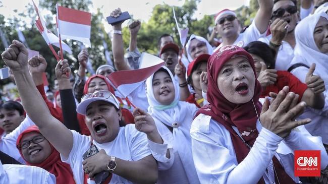 Relawan terlihat antusias saat nonton bareng acara pelantikan Jokowi-Ma'ruf di MPR.(CNN Indonesia/Bisma Septalisma)