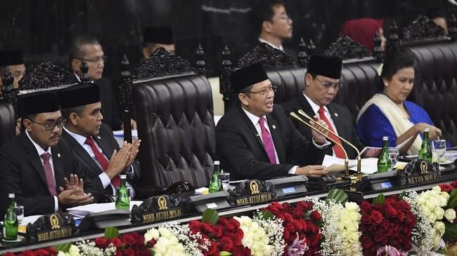 Ketua MPR Bambang Soesatyo (tengah) memimpin upacara pelantikan Presiden Joko Widodo dan Wakil Presiden Ma'ruf Amin di Gedung Nusantara, kompleks Parlemen, Senayan, Jakarta, Minggu (20/10/2019). (ANTARA FOTO/Akbar Nugroho Gumay/hp)