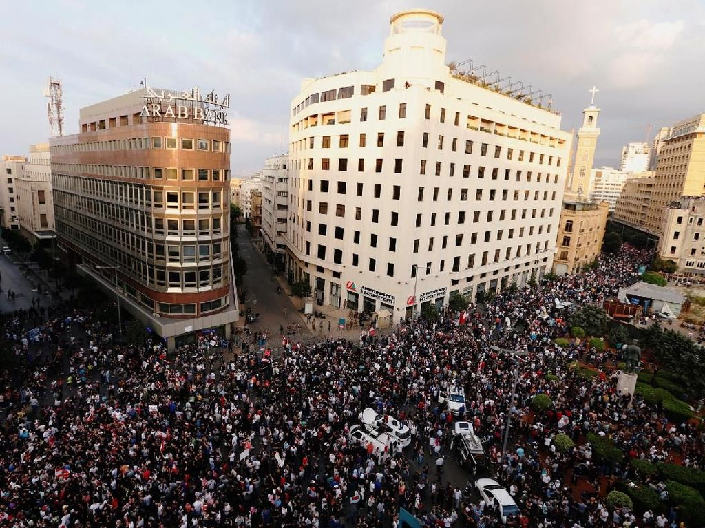 Pemerintah Lebanon mengumumkan bahwa pengguna layanan WhatsApp, khususnya pemakai fitur panggilan suara, akan kena pajak. Hal itu langsung memicu munculnya demo besar-besaran. Foto: Reuters